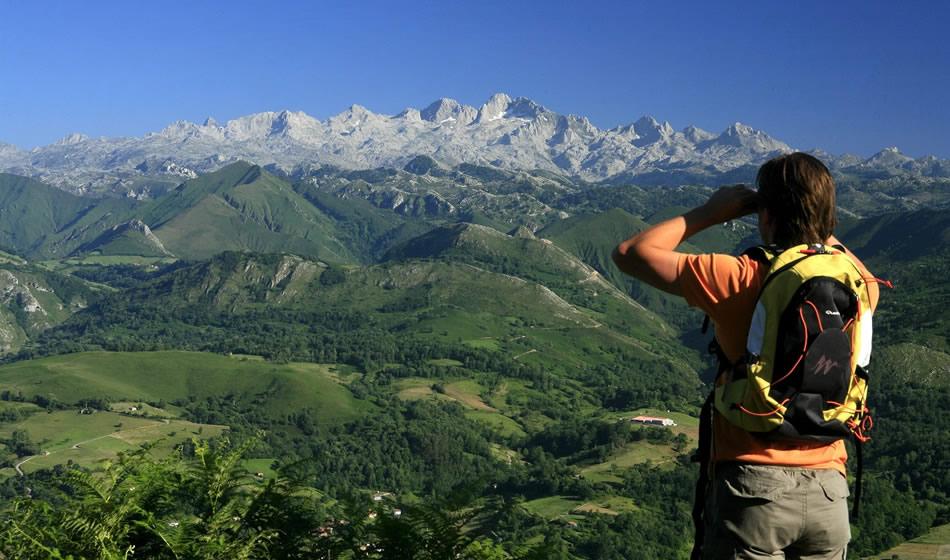 Hombre atisvando los Picos de Europa