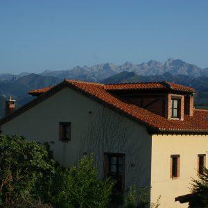 Fachada de la Casa y Picos de Europa al fondo